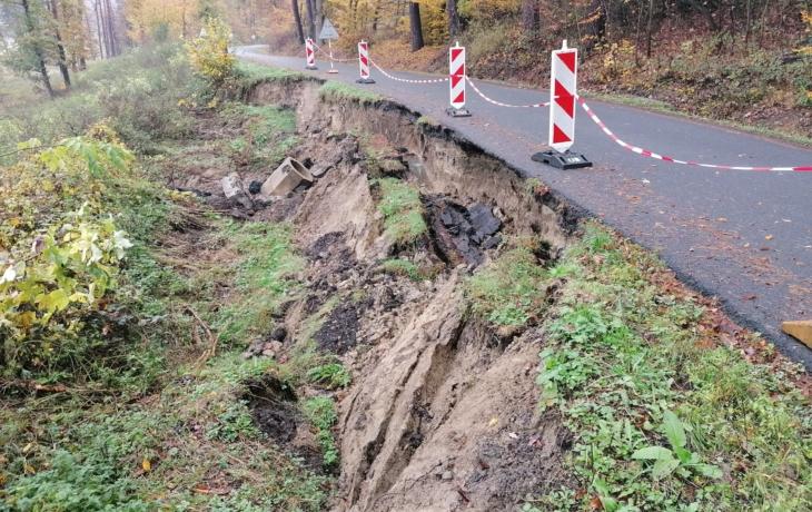 Sesuv zavřel cestu do Bojkovic. Trhlina má 50 metrů