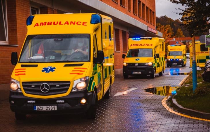 Nemocnice začaly s přesuny pacientů, pomoc nabídli v Brně, Olomouci, Ostravě i Praze
