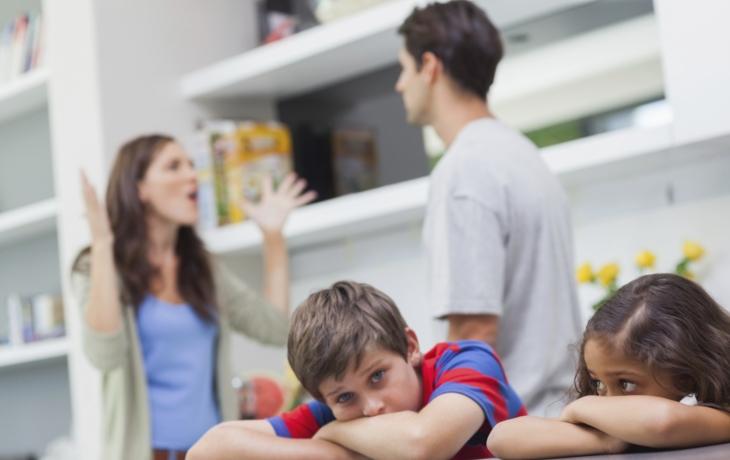 Děti pendlují mezi mámou a tátou i v nouzovém stavu