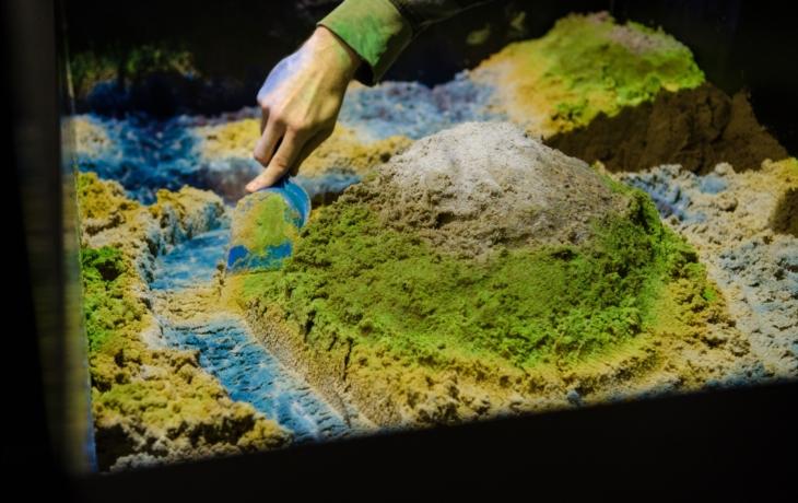 Škola si pořídila 3D pískoviště, žáci zkoumají horniny i řeky