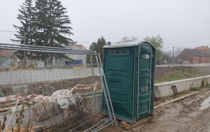 Mobilní toaleta jako trn v oku