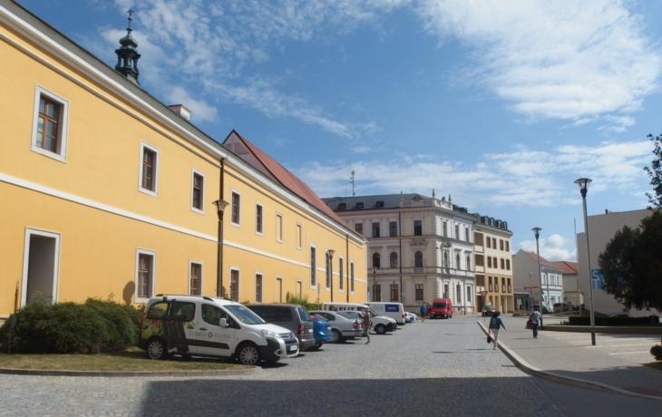 Radnice zpoplatní Komenského náměstí, státní dotace už kroku nezabrání