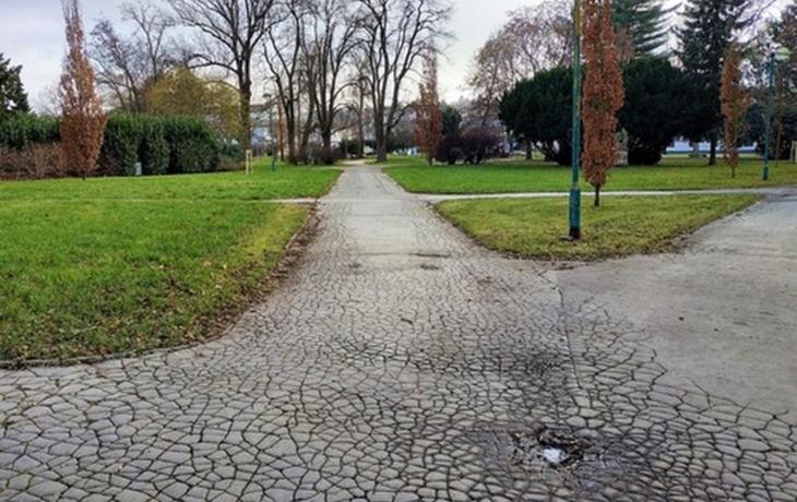 Praskliny a díry zmizí, město opraví chodník v parku