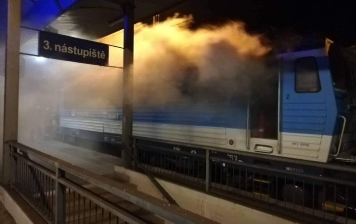 Z lokomotivy šlehaly plameny