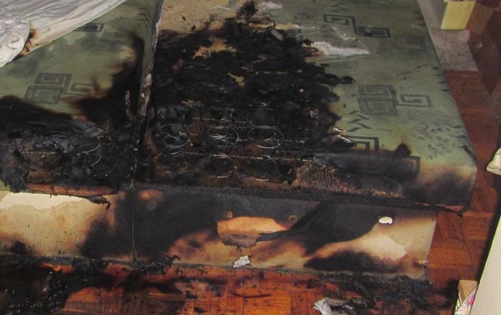 Muž si v posteli zapálil, zachránila jej spolubydlící