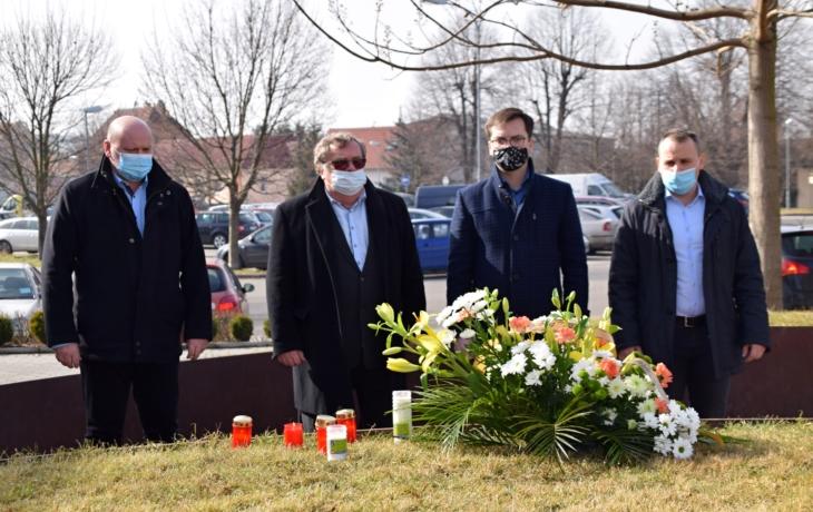 Šesté výročí masakru, za oběti zapálili svíčky