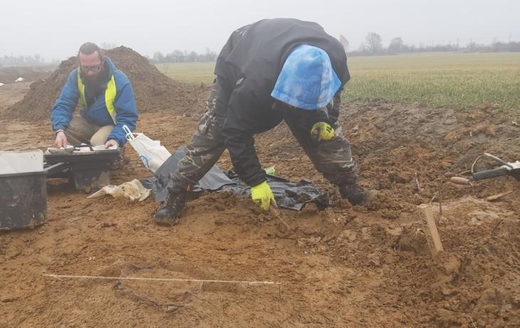 Archeologové zkoumají dálnici, objevili hroby z doby bronzové