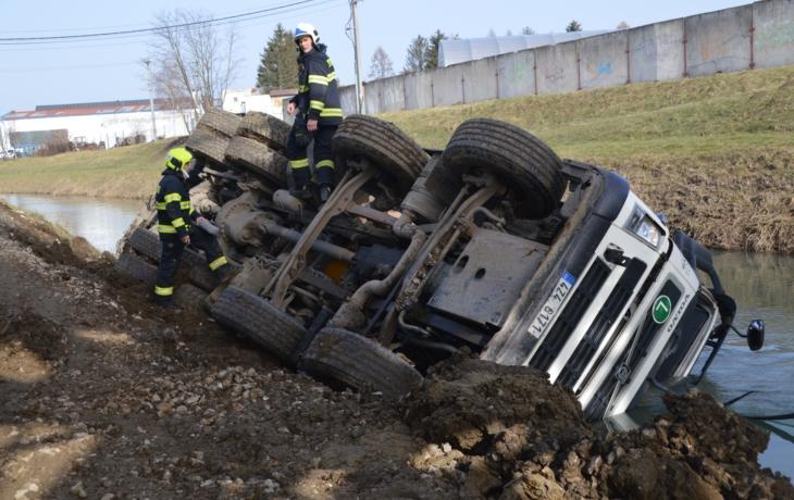 Domíchávač se převrátil do Olšavy, řidič vyvázl nezraněn