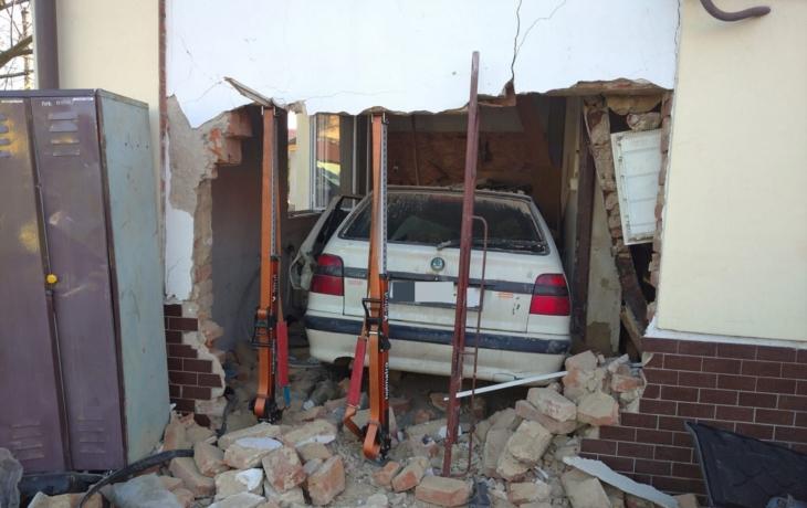 Řidič naboural do hasičárny, demolice ji nečeká