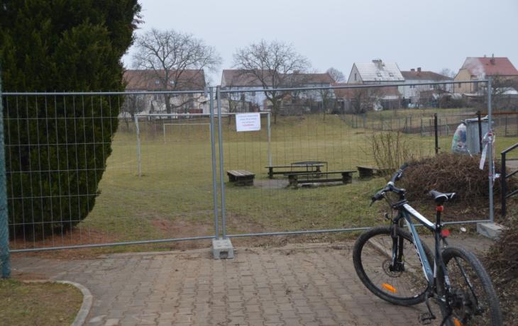 Dětská hřiště jsou někde plná dětí, jinde je obehnala páska nebo plot