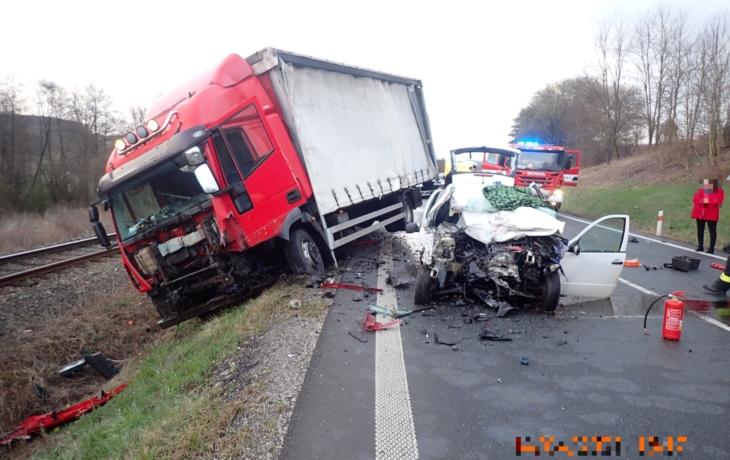 Řidič nepřežil střet s nákladním vozidlem u Uherského Brodu