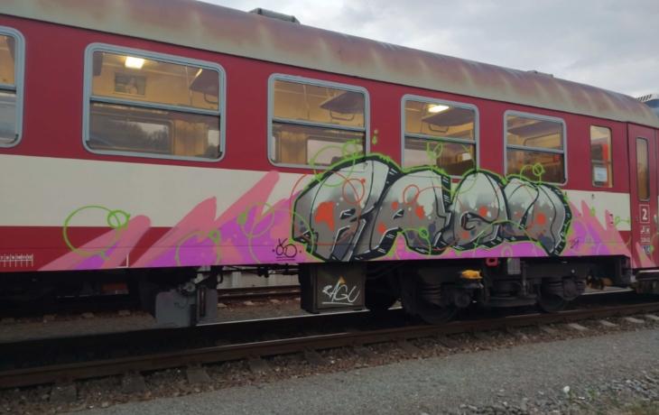 Sprejer v noci počmáral odstavený vlak