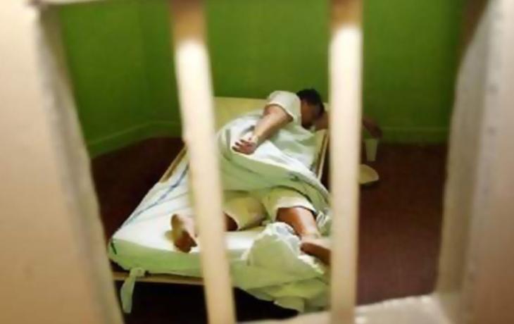 Opil se a skončil na záchytce, kde ho skoro uškrtil muž v psychóze!