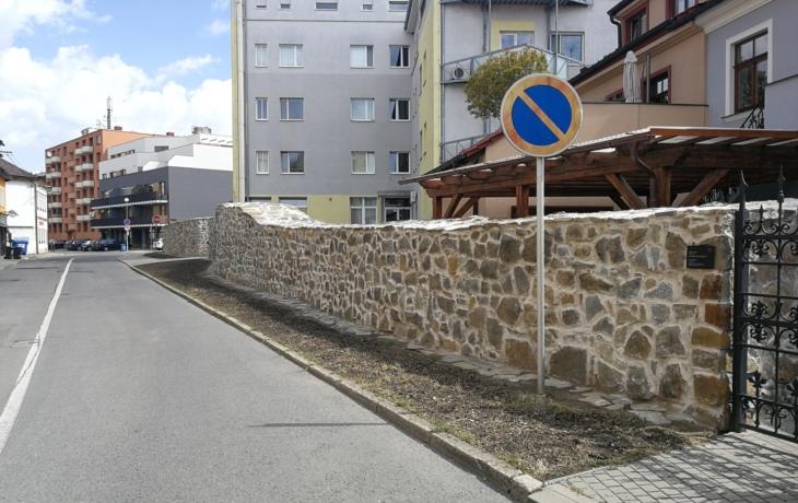 Odvlhčí hradby, zrestaurují dveře