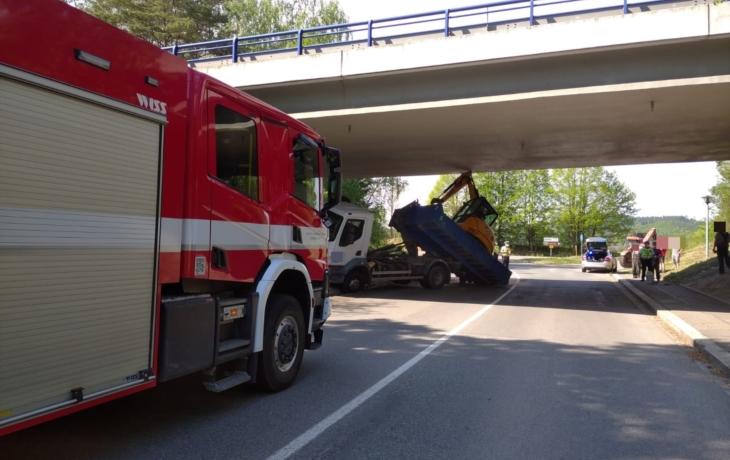 Bagr se nevešel pod most