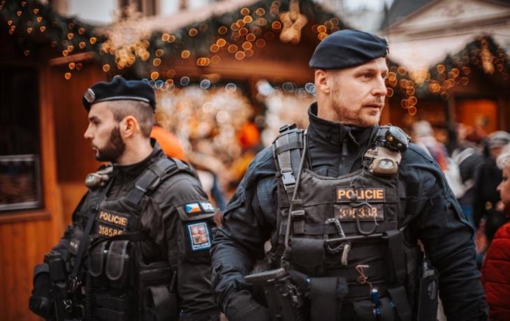 Opilí fanoušci lynčovali policejní hlídku, hrozí jim čtyři roky!
