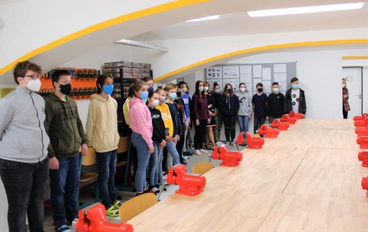 Školáci velí letecké flotile dronů