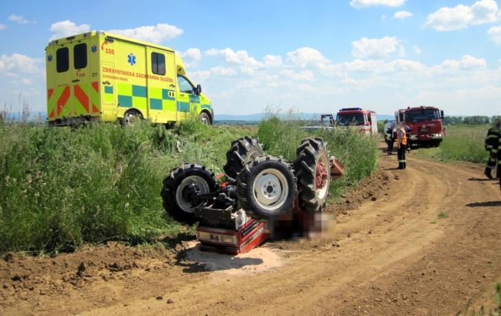 Tragédie. Řidiče zabil traktor!