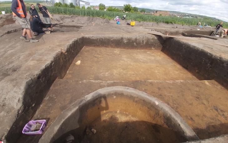 Žně archeologů nekončí, mapují dobu kamennou