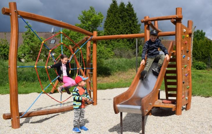 V místních částech Luhačovic slouží dvě nová dětská hřiště