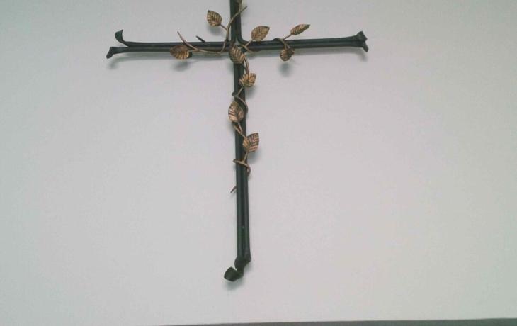 Umělecký kovář daroval kříž Charitě