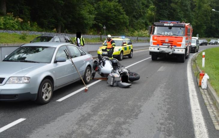 U nehod motorkářů zasahoval i vrtulník