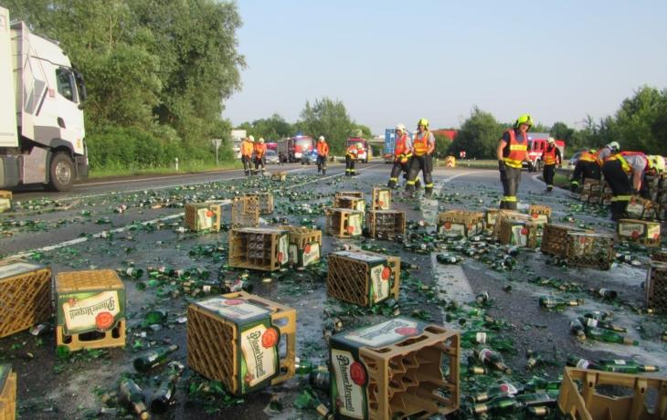 Kamion na obchvatu vysypal stovky piv!