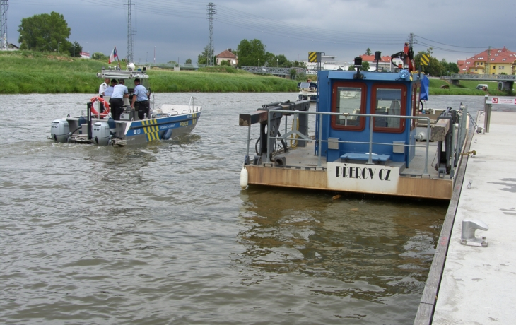 Policie brázdí Baťův kanál, kontroluje plavidla
