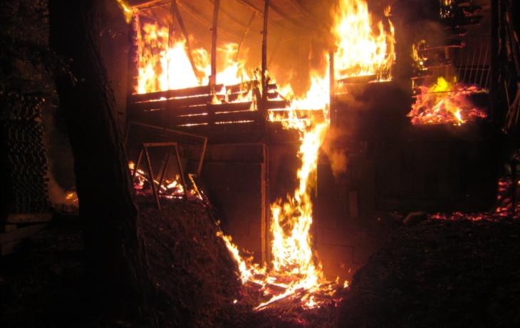 Shořela chatka u lyžařského svahu