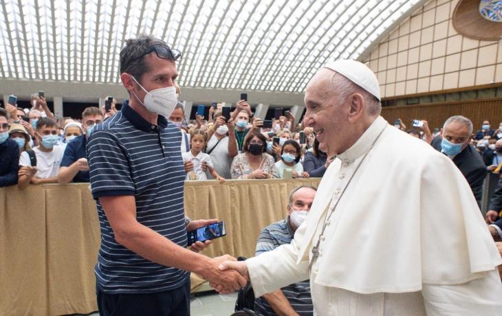 Šlapal do Říma, podpořil handicapované. Růženec od papeže věnuje babičce