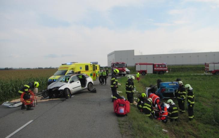 Auto skončilo v poli, čtyři lidi v nemocnici
