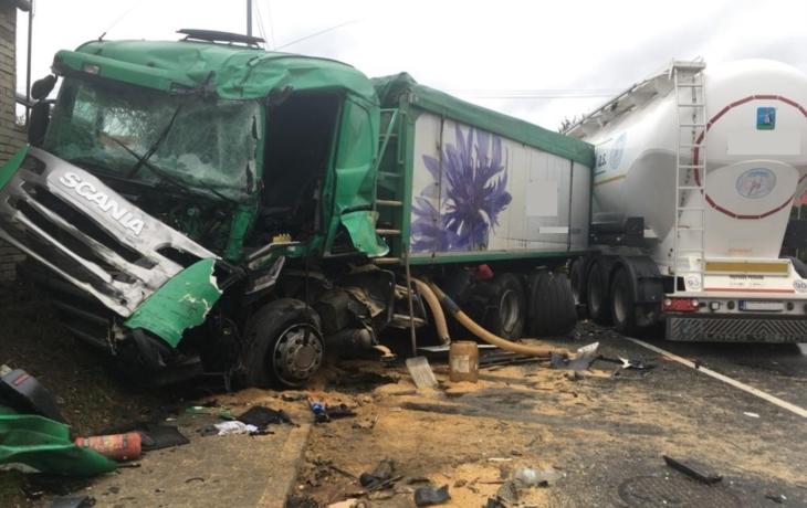 Újezdec uzavřela nehoda kamionů, dva zranění