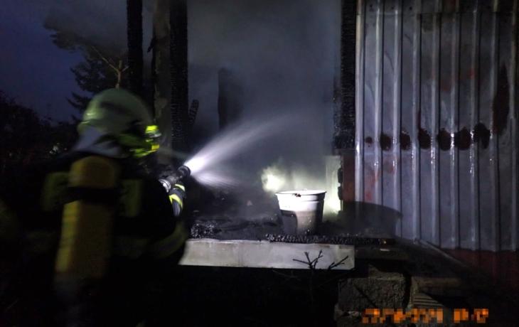 Shořela chata ve Strání, hasiči šetří proč