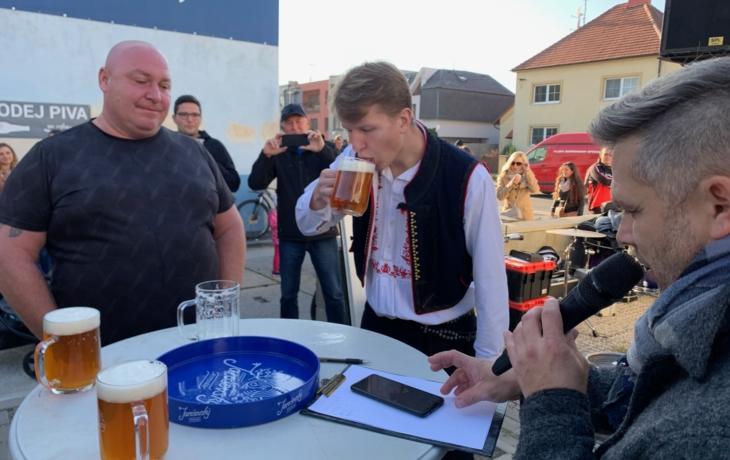 Folklorista dal na frak domácím pijanům