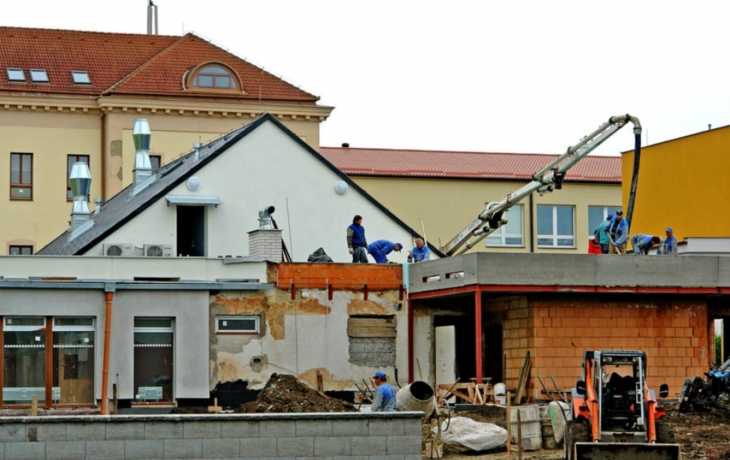 Staví se dům plný světla a balkonů