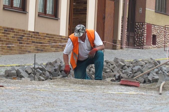 Ulice je v rekonstrukci, Hluk si na práci najal jediného dělníka