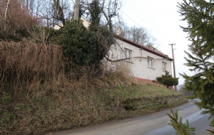 Rodinný dům ustoupí silnici, kvůli sesuvu