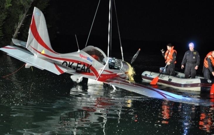 Do nádrže spadlo letadlo, pilot přežil