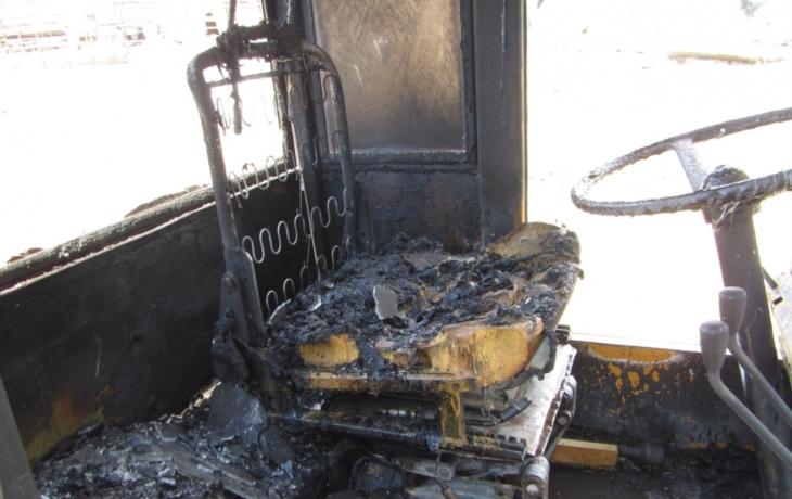 Oheň zachvátil zemědělský nakladač, kabina vyhořela