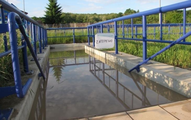 Deště plní podchod u Popovic vodou