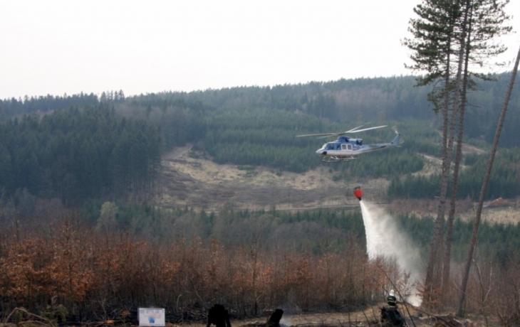 Mezi Rudimovem a Pitínem hořel smrkový les a tráva. Akce si vyžádala zásah vrtulníku