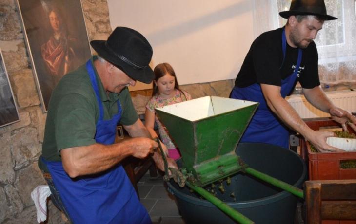 Děti se učily vyrábět víno