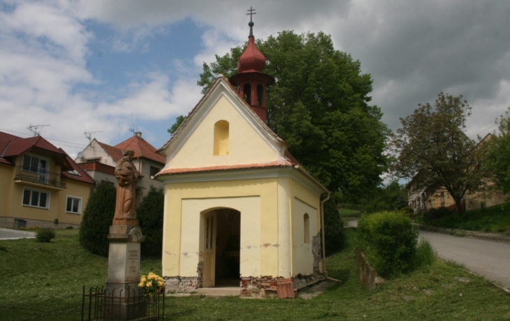 V Hradčovicích vysvětili opravený křížek, opraví i kapličku