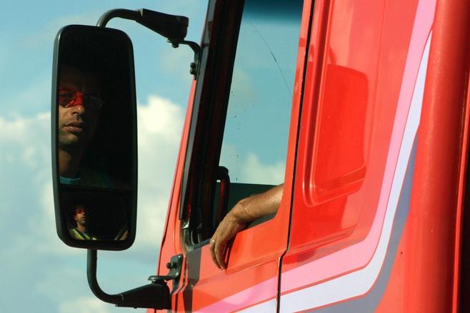 Cesty se prohýbají pod přetíženými kamiony