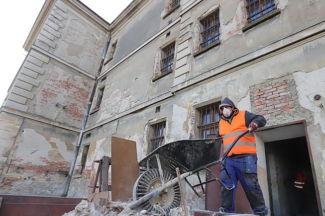 Z věznice zmizelo 133 tun odpadu, rekonstrukce pokračuje podle plánu