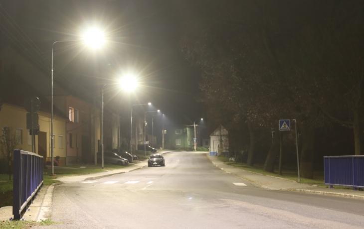 Čtyři lampy v proluce někomu nedají spát. Zmizely už podruhé za 14 dnů