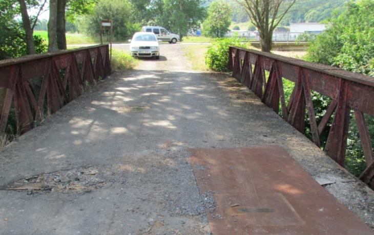 """Auta na mostě riskují. Hrozí jim """"šipka"""" do potoka"""