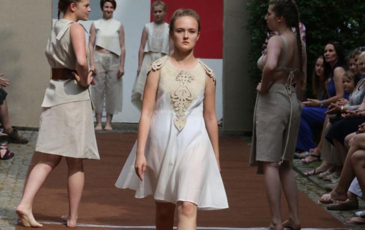Módní přehlídka nabídla luxusní modely šatů a bot