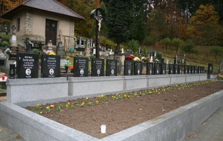 Válečný hrob se zbaví mechu