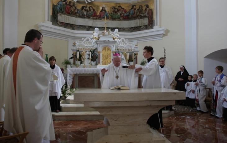 Kapli zdobí nový oltář